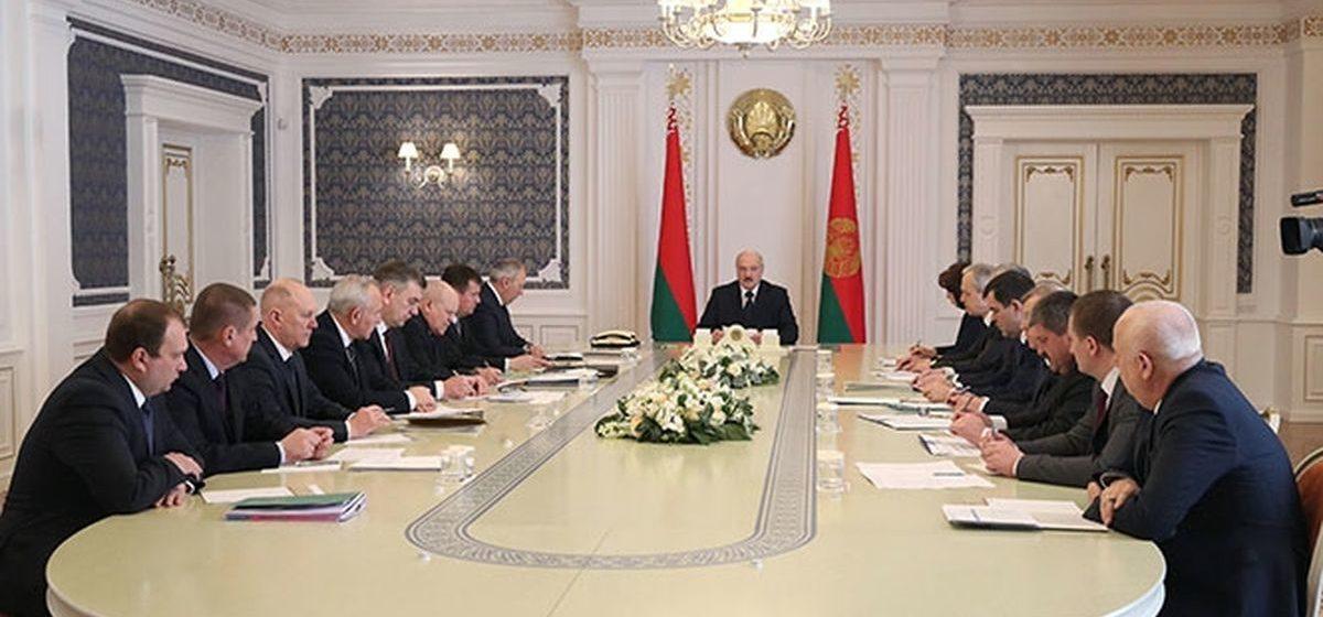 COVID-19: у Лукашенко все меньше возможностей избежать более жесткого плана