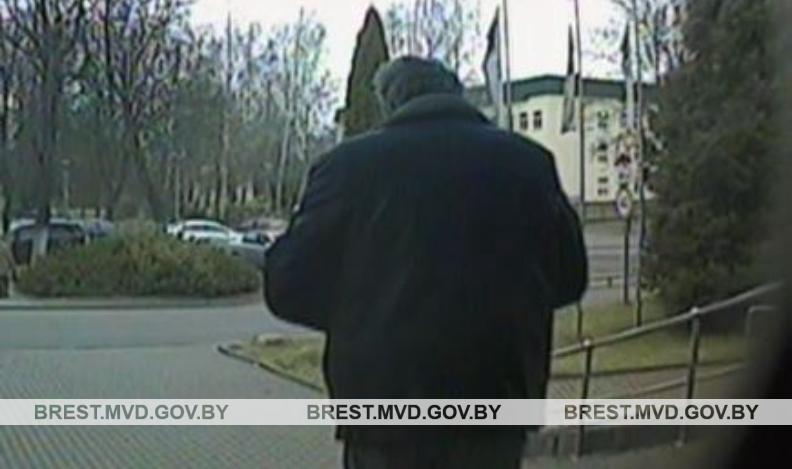 Житель Барановичей воспользовался отсутствием знакомой и украл ее банковскую карточку. Пин-код лежал рядом