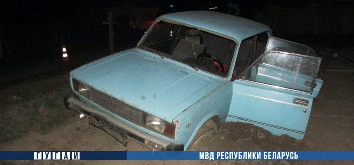 На Гомельщине «Жигули» въехали в забор: водитель погиб, пассажир в больнице