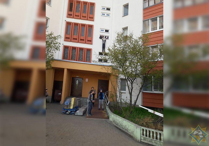 В Минске мальчик полез за мячом, но повис на подоконнике — до приезда спасателей его удерживали соседи