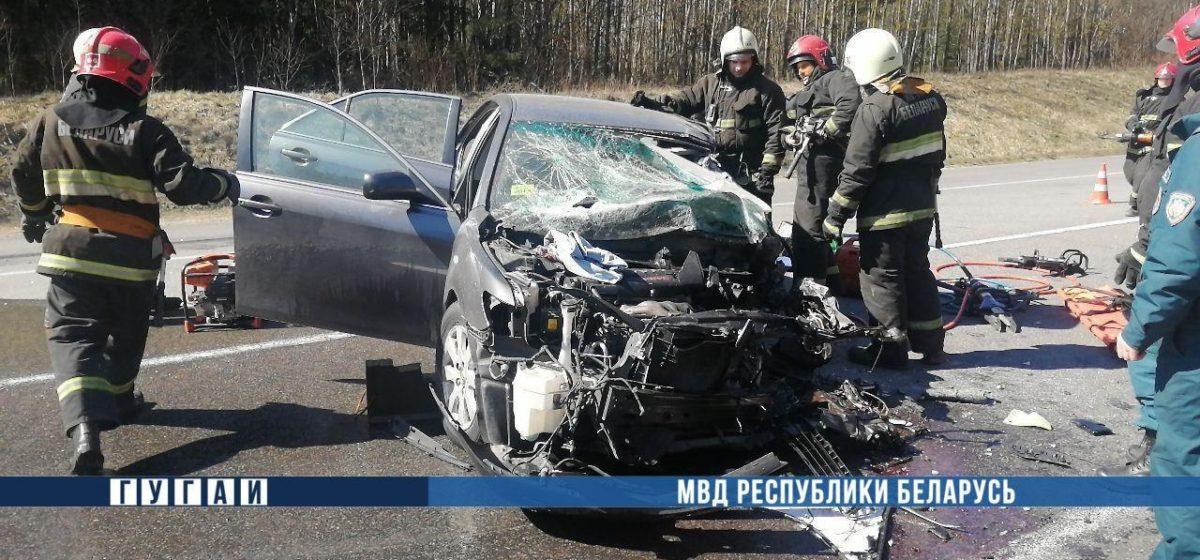 Под Минском «лоб в лоб» столкнулись грузовик и легковушка. Один водитель погиб. Видео