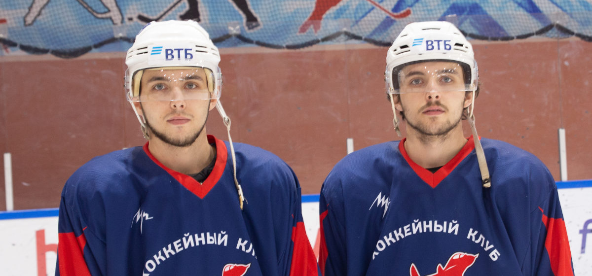«Чувствуем друг друга с закрытыми глазами». Два брата-хоккеиста, которые выступают за ХК «Авиатор», об игре, команде и городе Барановичи