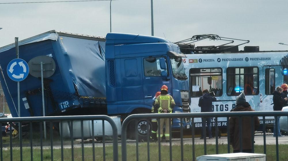 В Польше белорусский дальнобойщик столкнулся с трамваем – пострадал один человек. Видео