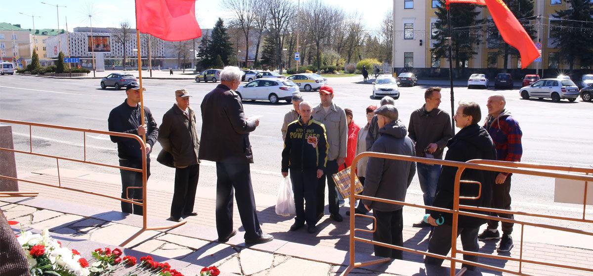 Коммунисты возложили цветы к памятнику Ленину в Барановичах. Фотофакт