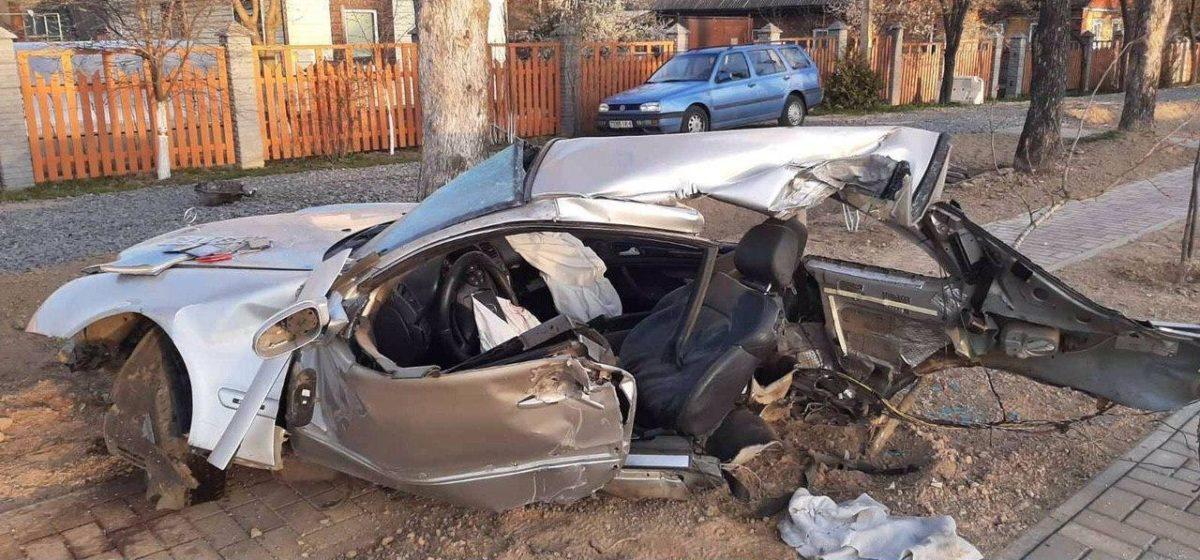 В Могилеве Mercedes разорвало пополам после удара о столб – один человек погиб, один в реанимации