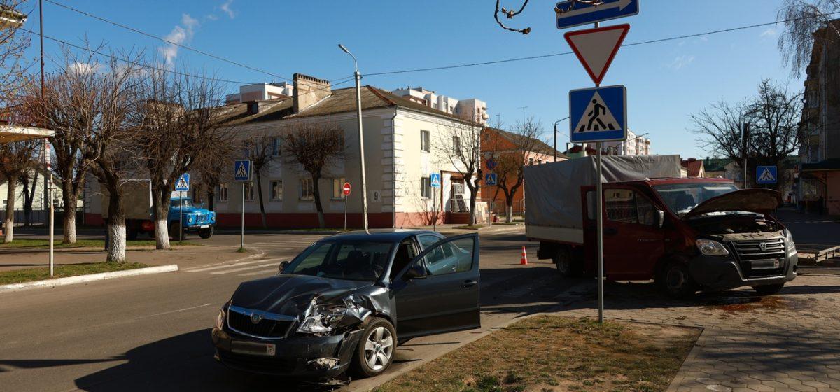 ДТП в Барановичах. После столкновения со «Шкодой» «Газель» отбросило на тротуар