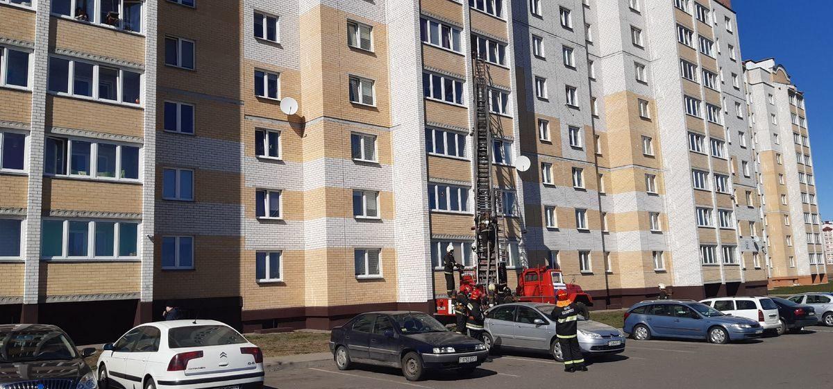 Из-за забытой на плите сковороды произошло задымление в квартире в Боровках. Фотофакт