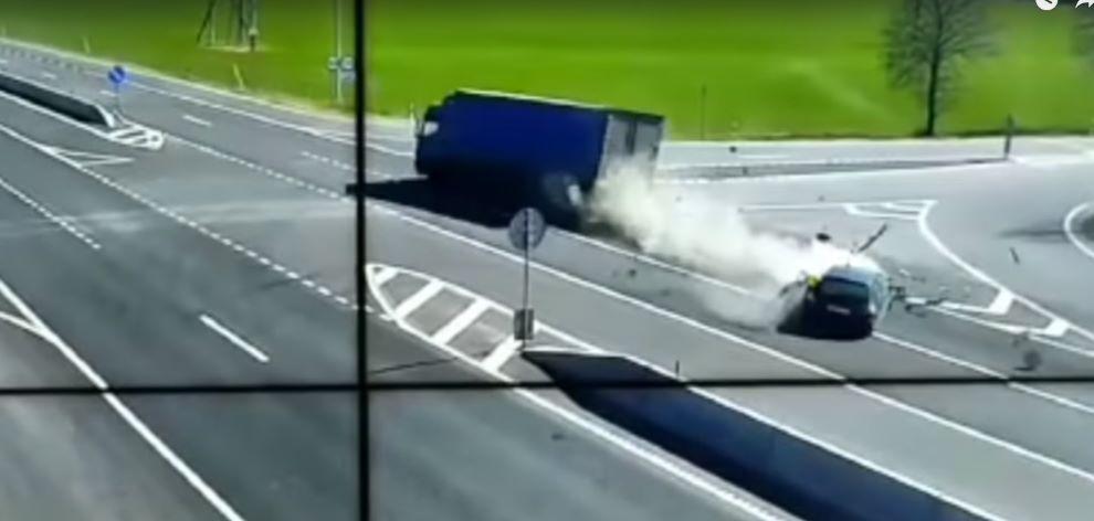 «Пежо» вылетел на встречку и столкнулся с грузовиком в Ивьевском районе. Видео аварии