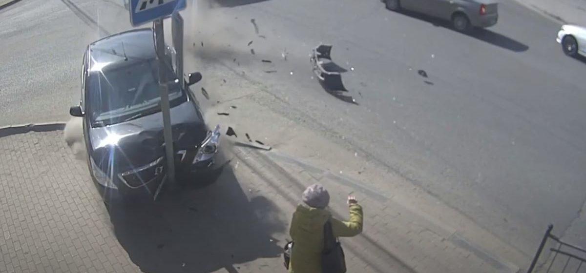 Чудом осталась жива. Россиянка увернулась от неуправляемой машины, которая вылетела на тротуар. Видео