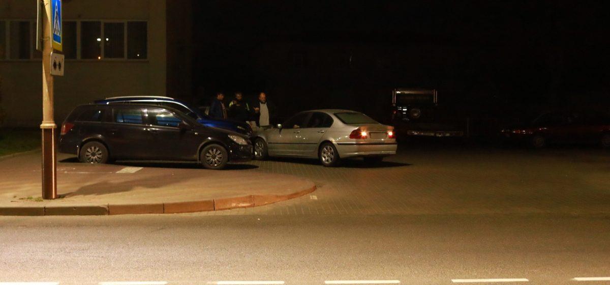 В Барановичах неадекватный водитель на «БМВ» въехал в припаркованный автомобиль. Фотофакт