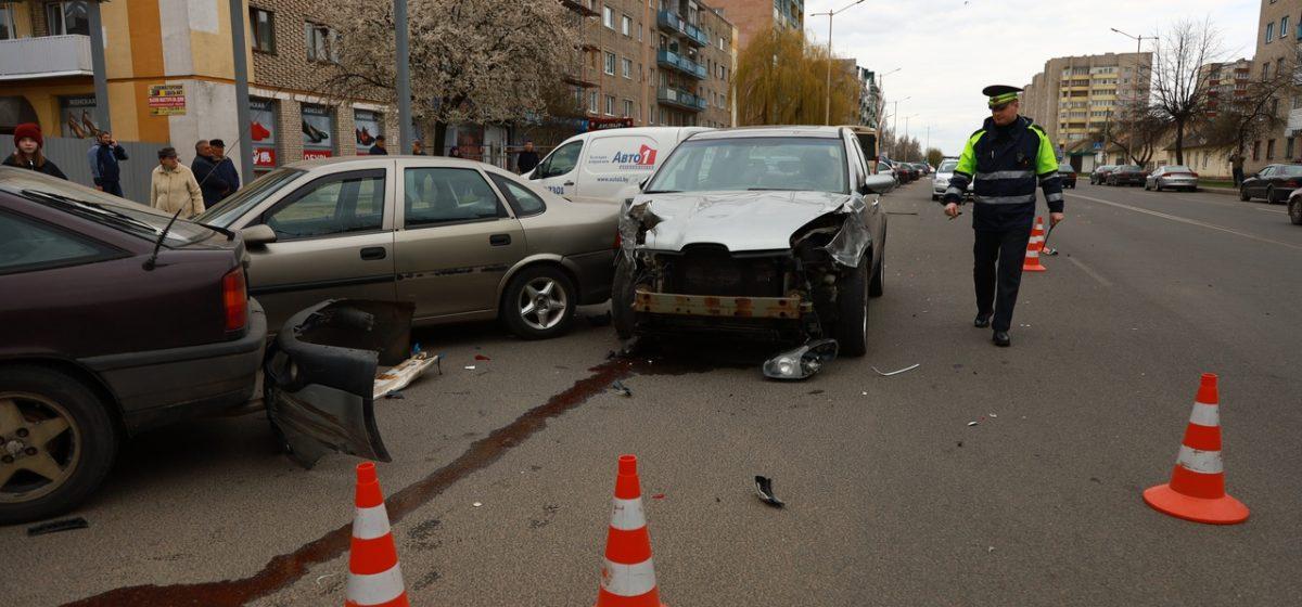В Барановичах «Субару» въехал в «Рено», а потом повредил еще пять припаркованных автомобилей. В одном из них был маленький ребенок