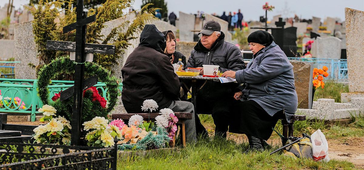 Медики просят белорусов не посещать кладбища на Радоницу
