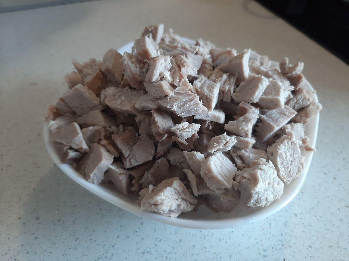 Мясо режем мелкими кусочками. Фото: Анна РОМАНОВА-КОЛОСОВСКАЯ