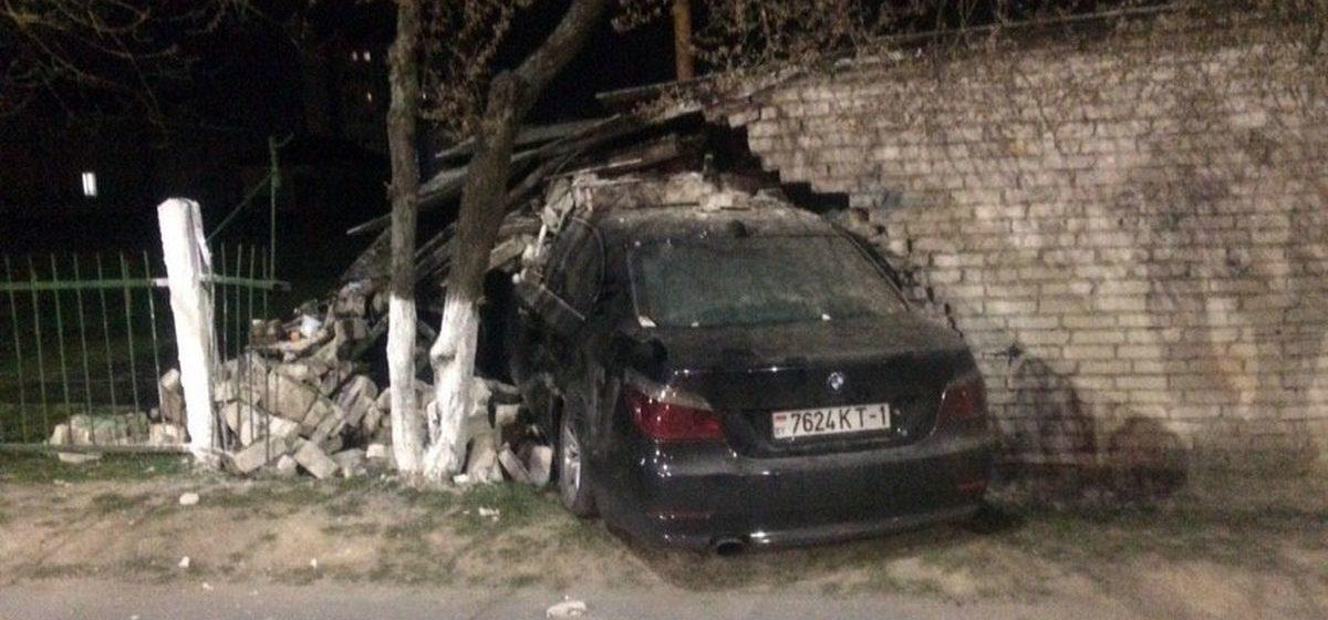 ГАИ рассказала о подробностях ДТП, где «БМВ» влетел в гараж: водитель пытался уйти от инспекторов