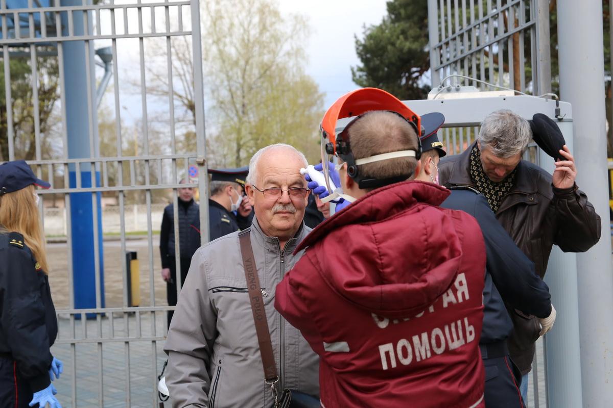 При входе на стадион медицинская бригада измеряла болельщикам температуру. Фото: Андрей БОЛКО