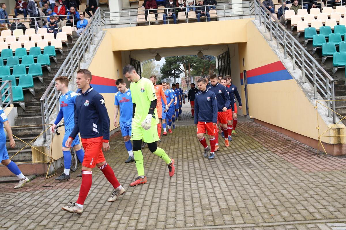 Команды выходят на поле. Фото: Андрей БОЛКО