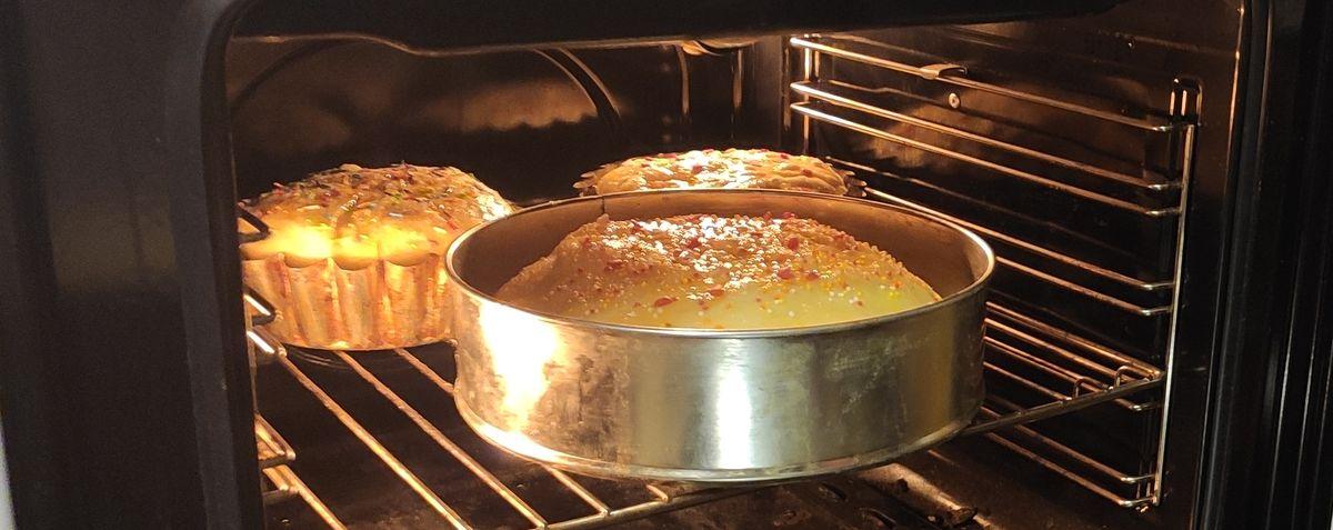 Выпекание пасхальных пирогов. Фото: Александра РАЗИНА