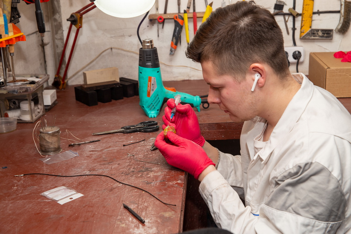 На создание одного украшения из дерева у Павла Бут- Гусаима уходит три дня.  Фото: Андрей БОЛКО