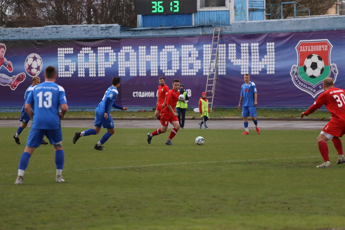С мячом Евгений Чичев (№9). Фото: Андрей БОЛКО