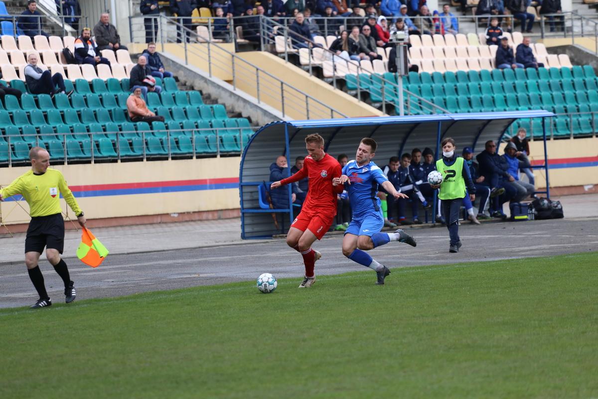 """Капитан """"красно-синих"""" Денис Домашевич (№21) был очень активен на правом фланге. Фото: Андрей БОЛКО"""