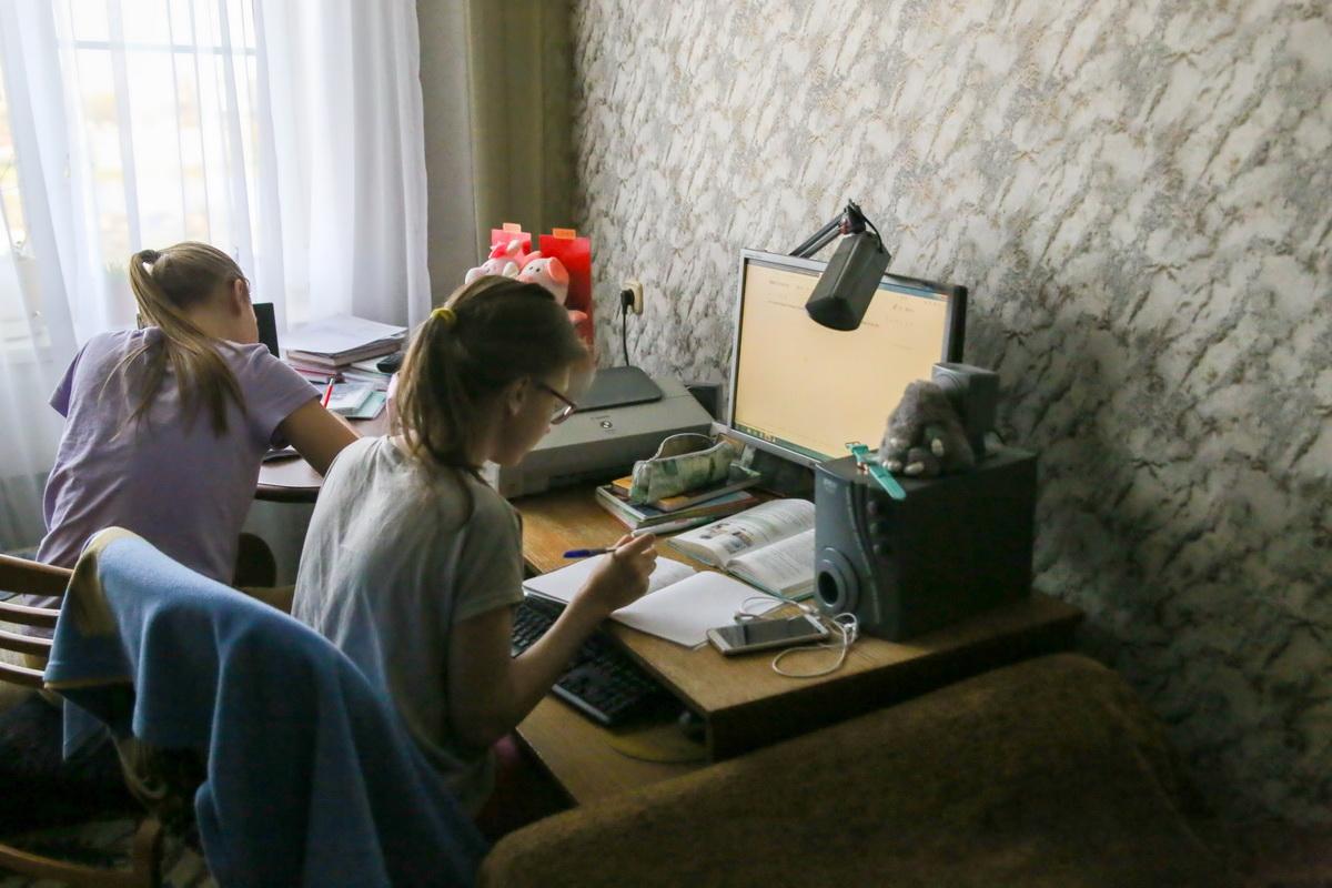 Большинство барановичских школьников первую неделю последней четверти отучились на «удаленке». Катя и Вика – среди тех, кто занимается дома. Фото: Андрей БОЛКО