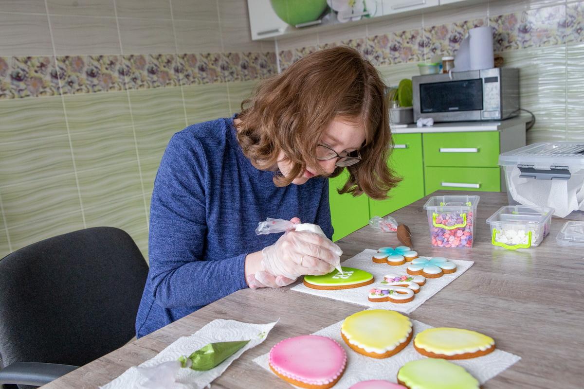 Мария Данилкина украшает свои пряники белковой глазурью. Фото: Андрей БОЛКО
