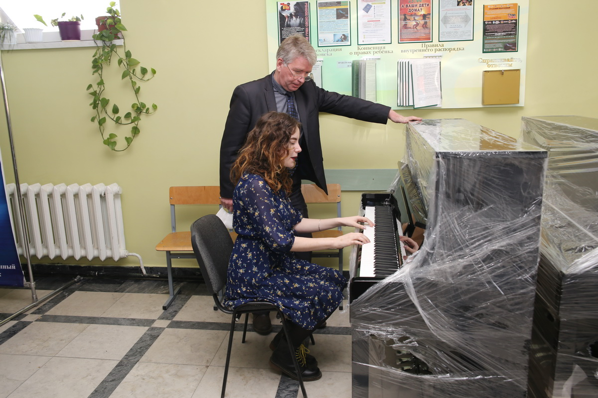 Игорь Тулейко, директор Барановичского государственного музыкального колледжа, с учащейся. Фото: Андрей БОЛКО