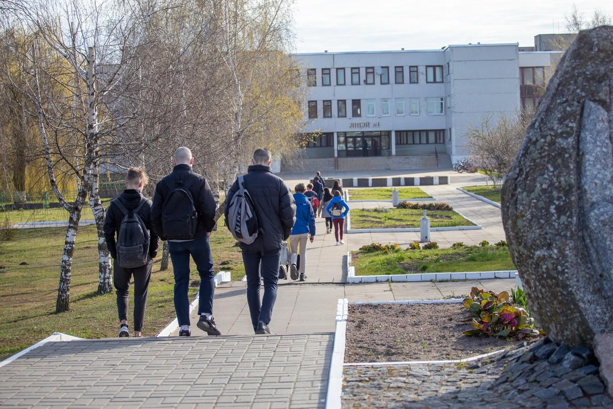 Утро 21 апреля 202 года. На занятия в лицей №1 идет непривычно мало учащихся. Фото: Андрей БОЛКО