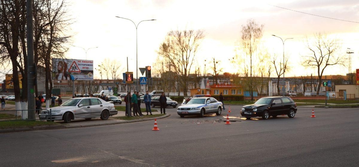 В результате ДТП в Барановичах автомобиль «Сааб» заскочил на тротуар
