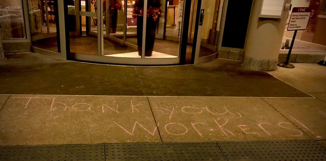 Надпись, которую оставил кто-то анонимно у входа в их больницу - выражение благодарности медработникам во время пандемии. Фото из архива Анны Крук
