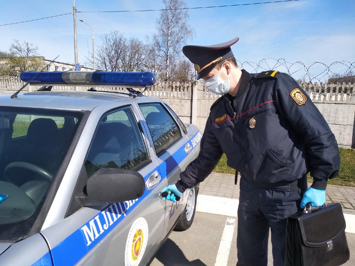 Евгений Нестерович практически каждый день выезжает проверять горожан, которые находятся на самоизоляции. Фото: Ирина КОМИК