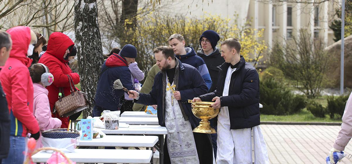 Великая суббота в Барановичах. Освящение куличей у храма Святых Жен-Мироносиц. Фоторепортаж