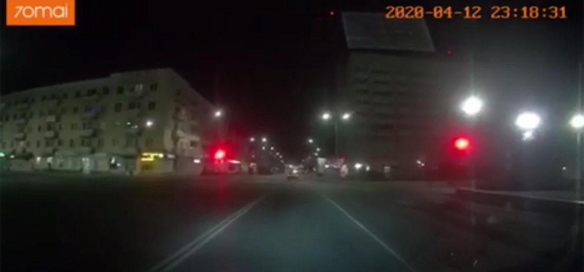 Как пьяный водитель «БМВ» влетел в гараж в Барановичах. Видео с регистратора