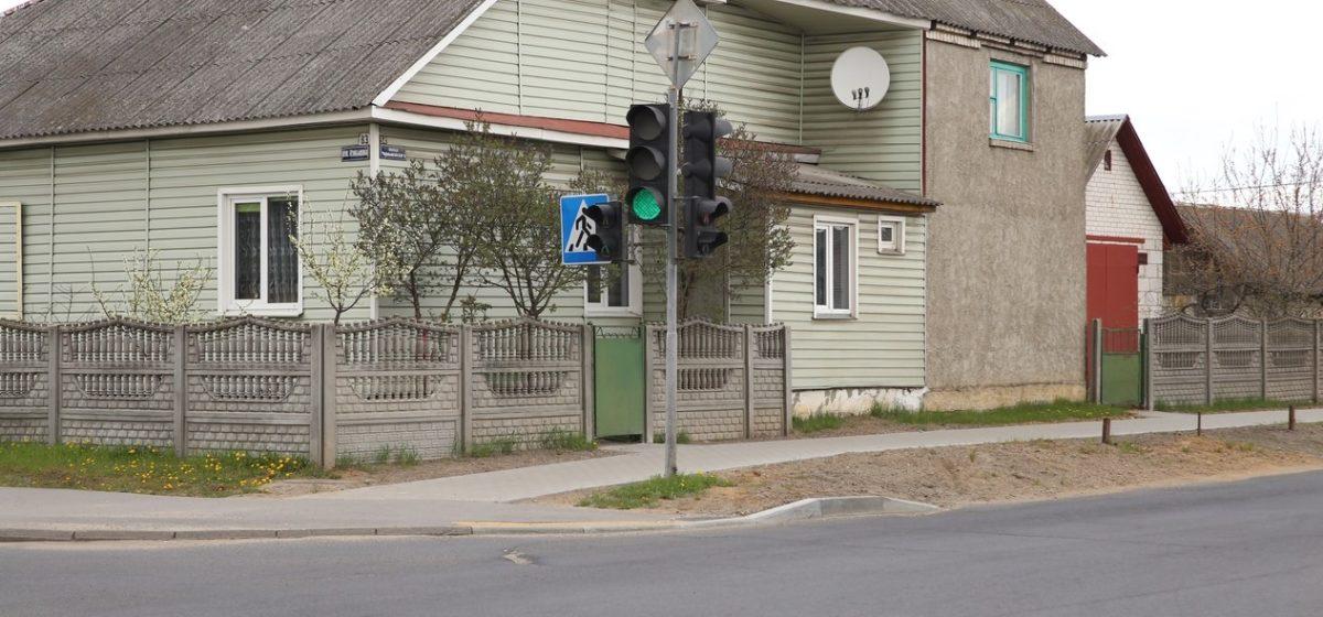 Как благоустроили территорию возле «углового» дома в Барановичах, в который периодически «залетали» машины