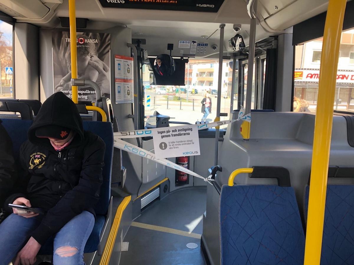 Проход к водителю в Швеции  огражден лентой. На плакате надпись: «Передние двери заблокированы, чтобы снизить риск заражения  водителей».  Фото: Мария  КРУПЕНИНА