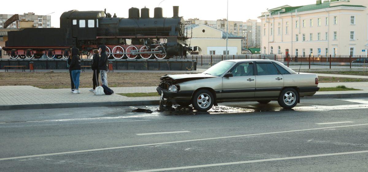 В Барановичах во время движения загорелся автомобиль. Фотофакт