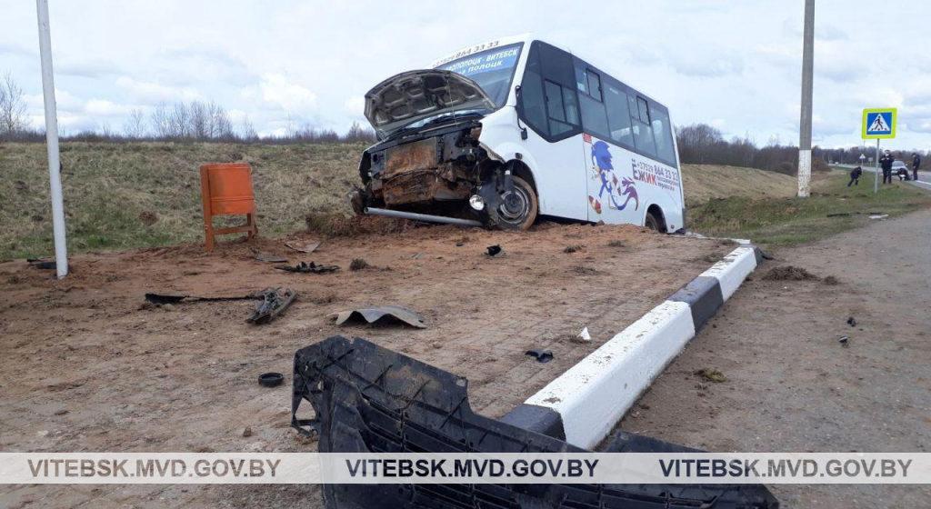 Маршрутка вылетела в кювет и едва не снесла остановку в Шумилинском районе – пострадали водитель и пассажир
