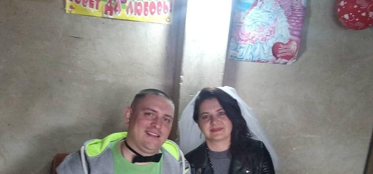 Свадьбу в гараже устроили молодожены из Барановичей. От заказанного кафе они отказались из-за коронавируса