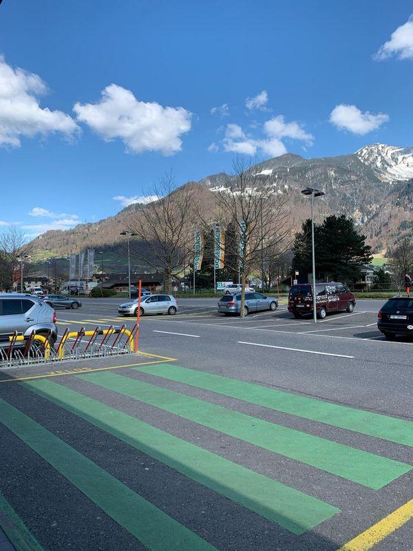 На парковках у магазинов и на улицах Швейцарии не так многолюдно, как было до карантина. Фото: Тамара РАМЕНСПЕРГЕР