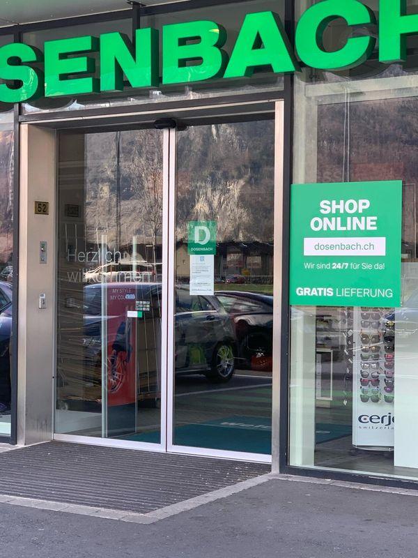 Объявление на витрине швейцарского обувного магазина о том, что он осуществляет торговлю онлайн. Фото: Тамара РАМЕНСПЕРГЕР