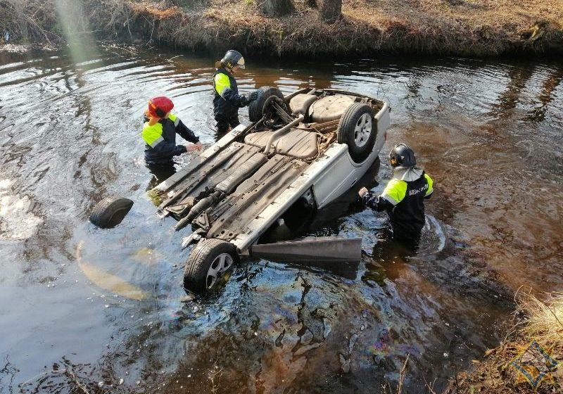 Пенсионер на легковушке вылетел с дороги в реку в Гомельской области