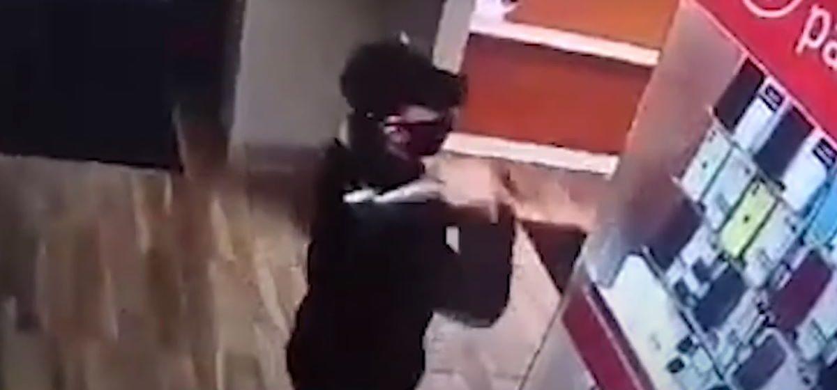 Пьяный грабитель с топором обворовал салон сотовой связи в Гродно. Видеофакт