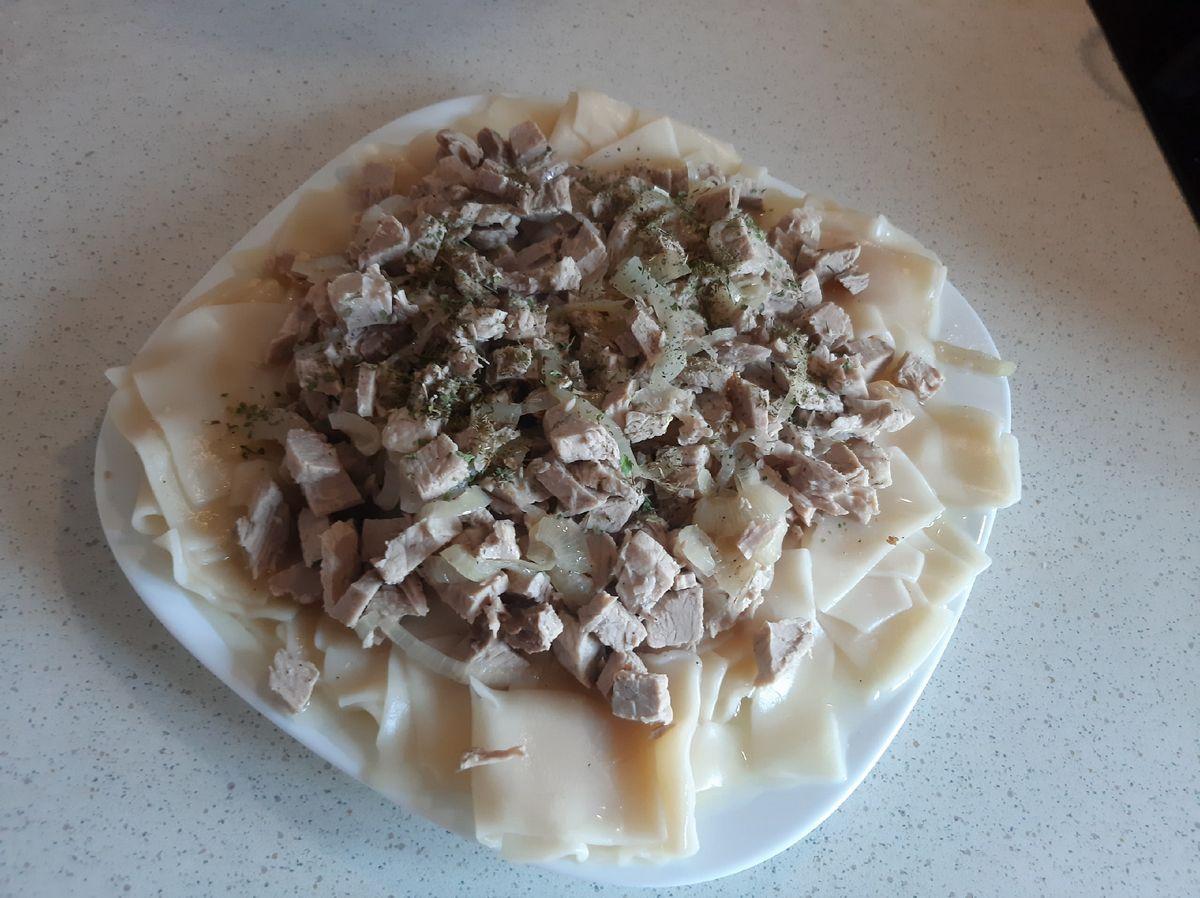 На тарелку выкладываем сваренные мучные изделия, мясо с луком и для аромата добавляем зелень. Фото: Анна РОМАНОВА-КОЛОСОВСКАЯ