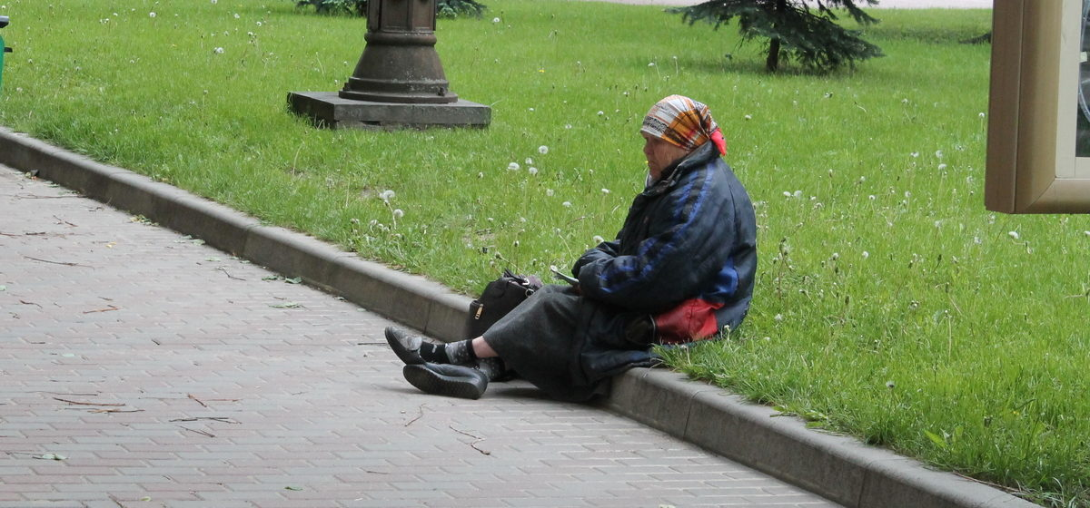 В Мозыре пьяный попрошайка отнял милостыню у инвалида около храма. Злодея задержала прихожанка. Видео