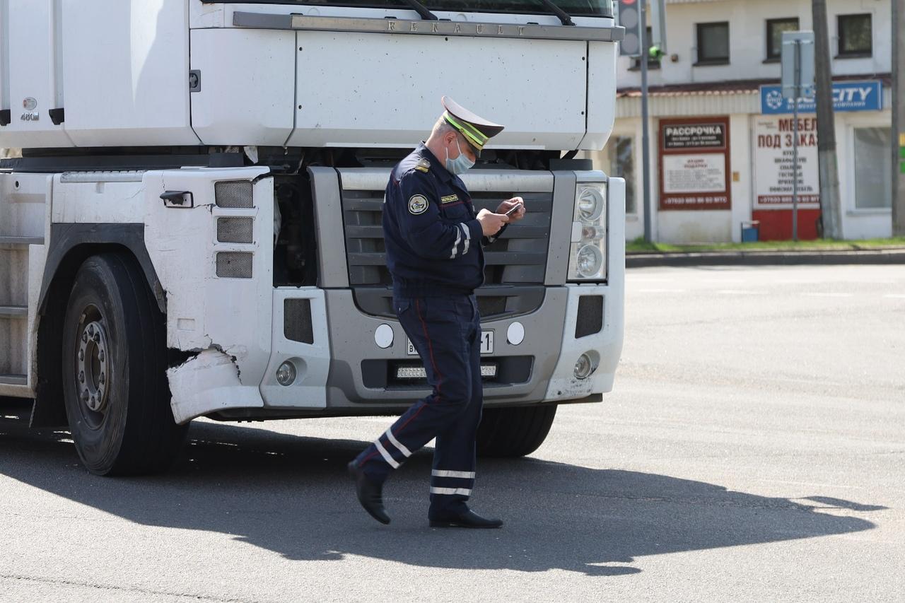 Тягач и скорая помощь с проблесковыми маячками столкнулись в Барановичах