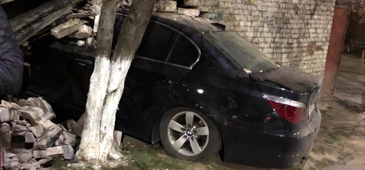 Автомобиль влетел в гараж в Барановичах. Видеофакт