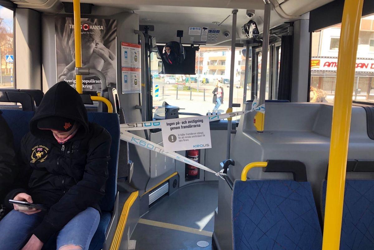 """Проход к водителю огражден лентой. На плакате надпись: """"Передние двери заблокированы, чтобы снизить риск заражения наших водителей"""". Фото: Мария КРУПЕНИНА"""