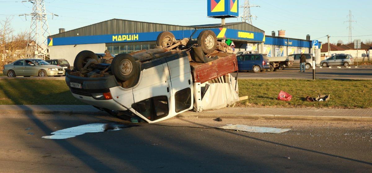 ДТП в Барановичах: одно авто перевернулось, водителя увезла «скорая»