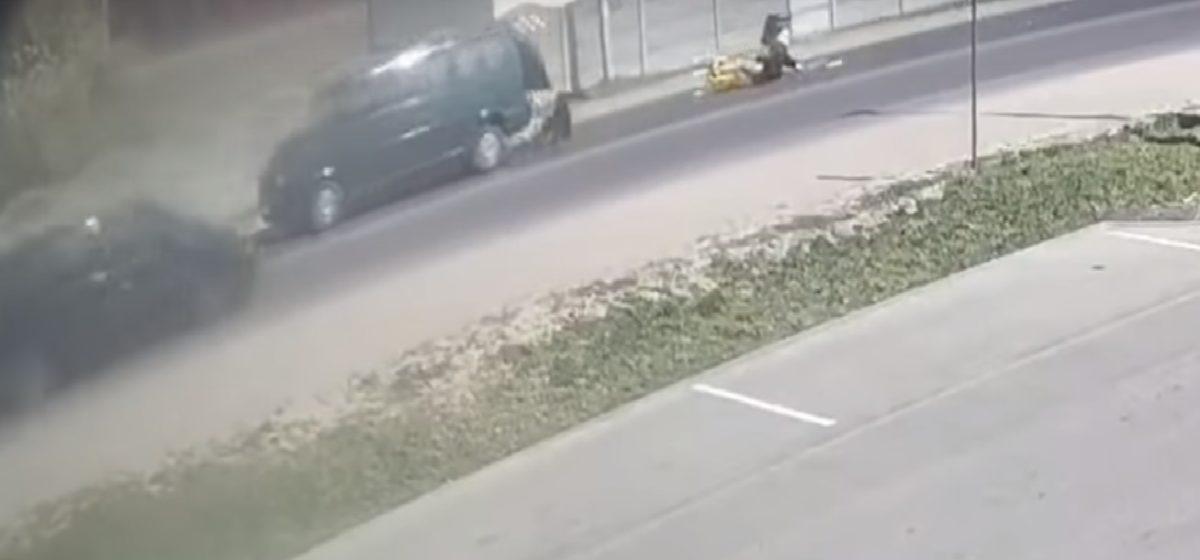 В Бресте на ходу из микроавтобуса выпали люди. Видеофакт