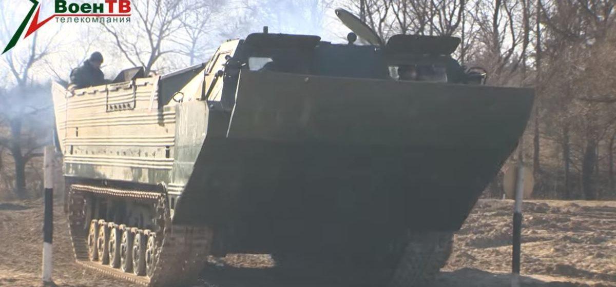 Как белорусские военные отрабатывали вождение на плавающих транспортерах. Эффектное видео